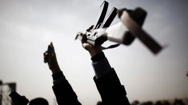 Benghazi - Libyens næststørste by og oprørets arnested - svinger frem og tilbage mellem eufori og panik. I gaderne fejres befrielsen fra Gaddafis diktatur med parader og hævede Kalashnikov-rifler