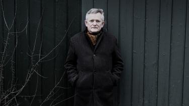 'Man skal vist være en stor buddhist for at føle sig hævet over dem', har Søren Ulrik Thomsen udtalt om anmeldelserne af hans digtsamling 'Rystet spejl'.