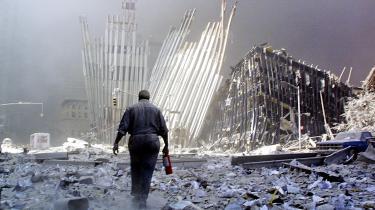 Landsforræder? Kan man sætte terrorangrebet i New York i 2001 i et bredere perspektiv? Det mente Barbara Kingsolver, men rigtig mange amerikanere var uenige. De var rasende over, at hun kunne finde på at drage paralleller til jordskælv i Tyrkiet, og at hun kritiserede Bush krigserklæ-ring mod Afghanistan. Det gjorde hun bl.a. andet i debatindlæg som 'And our Flag was still there' og 'No Glory in unjust war on the peak'.