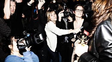 Instruktør Susanne Bier (yderst th.) blev omringet af et enormt kobbel pressefolk, da hun landede i Kastrup fra Los Angeles i aftes efter sin sejr ved Oscarfesten natten til mandag. Hun mødte pressen i Terminal 3 med både sin Golde Globe-statuette (ses i venstre hånd) og Oscaren i højre, som hun havde rejst med i kabinen. British Airways' stewardesser ville alle røre ved Oscaren, fortalte Bier.
