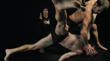Som fod i øjet og biceps på låret - hos Palle Granhøjs '2Men2Mahler' er den maskuline humor i top i Dansehallerne.
