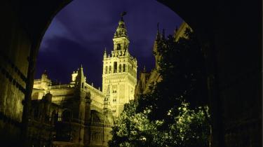 Sevilla er smuk, et overflødighedshorn af arkitektoniske vidundere f.eks. domkirken og tårnet La Giralda.