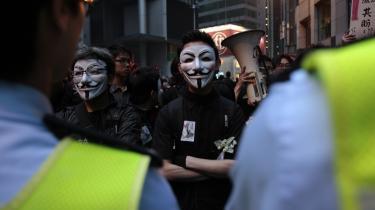 I Hongkong var maskerede demonstranter i går på gaden for at protestere mod styret i Beijing. Samtidig kom det frem, at Kinas politi, sikkerhedsstyrker, den bevæbnede civile milits, domstolene og fængslerne i år vil få stillet omkring 506 mia. kr. til rådighed - en stigning på 13,8 procent i forhold til sidste år.