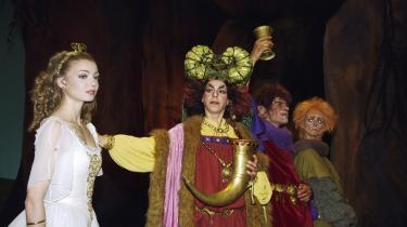 Sådan så Hilda og troldefamilien ud i Dronning Margrethes scenografi til Et folkesagn fra 1991. Silja Schandorff som uskyldsren Hilda og Jette Buchwalds troldemor Muri med drikkehorn og vikingehjelm - og Michael Bastian og Sorella Englund som troldebrødrene.