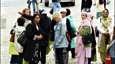Efter et kortvarigt løft under højkonjunkturen, er indvandrernes erhvervsfrekvens igen nede på små 55 procent viser nye tal fra Eurostat. På billedet ses en gruppe indvandrere på vej til en tidligere jobbørs på Børsen   i København