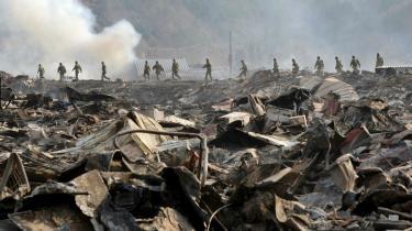 Soldater leder efter savnede i ruinerne efter jordskælvet. Med fredagens kraftige jordskælv og de efterfølgende ødelæggelser ligner den japanske drøm om atomenergiens fredelige udnyttelse  netop nu et mareridt.