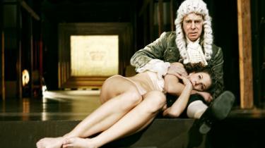 Sådan sidder Joen Bille på Hofteatrets scene som Holberg med Christine Gjerulffs forelskede pigebarn   i armene - en lykkelig tavshedsstund efter halvanden times råben i Claus Flygares historisk velresearchede forestilling 'Ludvig'.