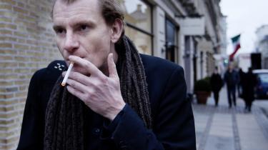 Det kan blive en bekostelig aff©°re for skatteyderne, hvis performance°©kunstneren Thomas Skade-Rasmussen Str©™bech taber den noget pudsige litter©°re sag om identitetstyveri.
