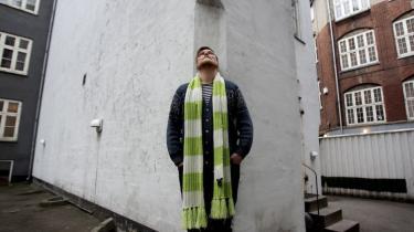 Den 24-årige sangskriver Jonas Petersen  topper ganske opsigtsvækkende hitlisterne  med utilslørede kristne sange, der finder  deres råstof hos Brorson, Grundtvig, Ingemann og Kingo. De handler dog mere om essentiel menneskelighed end om præken, fastslår han