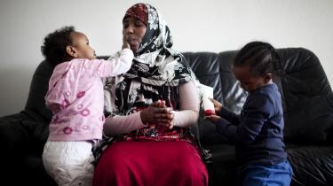 Fra denne måned skal Istahil Mohamed Hussein og hendes fem børn leve for en udbetalt kontanthjælp på 9.800 kroner, hvoraf 7.000 kroner går til huslejen, fordi faren til hendes børn, Hassan, ifølge Holbæk Kommune indgår i husstanden
