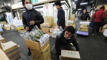 Der bliver tjekket grøntsager og drikkevand i Tokyo, hvor forekomsten af radioaktive stoffer nu overskrider grænseværdierne.
