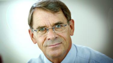 Den nu fyrede CBS-rektor Johan Roos blev fjernet fra en stilling på Stockholm School of Economics, efter en sag som minder om den på Copenhagen Business School. Bestyrelsesformand Anders Knutsen undlod at forhøre sig om Johan Roos' fortid i Sverige, inden han blev ansat på CBS