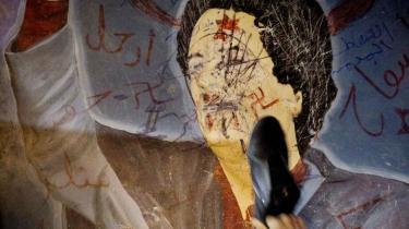 Når en leder farer morderisk frem mod sit eget folk, gør han sig til legitimt mål for en indsats som den i Libyen. Her er en thrillerforfatters bud på, hvordan Gaddafis dage kan få en ende