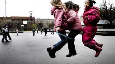 'Det store frikvarter er en væsentlig ekskluderende faktor i folkeskolen,' skriver Københavns Børne- og ungdomsborgmester Anne Vang og nævner som eksempel børn med autistiske tendenser, der ikke kan kapere en kæmpestor gård med over hundrede børn og ganske få voksne. For at folkeskolen skal kunne inkludere flere børn, skal den kunne tilbyde mindre fysiske enheder med flere voksne, der kan hjælpe børnene med at få struktur på frikvarteret.