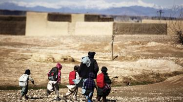 Børn strømmer entusiastisk i skole, fortæller politikerne bag den topprioriterede danske skolesatsning i Afghanistan. Men de fortæller ikke om truslerne og volden mod de afghanske skolebørnen og deres familier. Lækkede efterretninger belyser nu, hvordan den systematiske frygtkampagne bliver udført