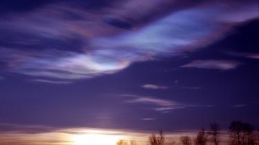 Ozonnedbrydningen over Arktis foregår i stratosfæriske skyer af iskrystaller, hvor klor-atomer fra CFC-gasser angriber ozon-molekylerne. Processen starter, når forårssolen rammer skyerne, og stopper igen, når solen har fået skyerne til at forsvinde.
