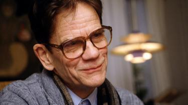 Kulturradikal? Villy Sørensen (f. 1929), forfatter og filosof, debuterede i 1953 og placerede sig som forfatter, kritiker og redaktør (af tidsskriftet Vindrosen sammen med Klaus Rifbjerg, 1959-63) centralt i det modernistiske opbrud i dansk litteratur, som han var en af de første repræsentanter for. Villy Sørensen døde i 2001.