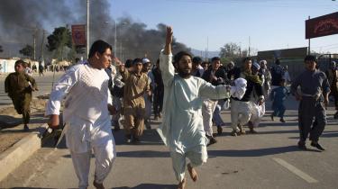 Opildnet. Det var først, da den afghanske præsident, Hamid Karzai, opildnede de kræfter, Vesten har indsat ham for at bekæmpe, at den inferiøre koran-afbrænding skabte folkelig vrede.