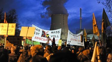 Protest. I intet andet land kom den folkelige reaktion på katastofen i Japan så prompte som i Tyskland. To tredjedele af tyskerne vil nu have landets a-kraftværker lukket, og politikere fra alle partier står i kø for at indfri ønskerne. Her er det en demonstration ved værkerne Isar I og II i Niederaichbach dagen efter Fukushima-værkets kollaps.