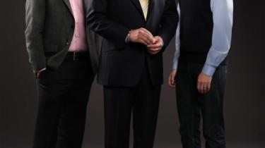 Den legendariske Jeopardy-vært Alex Trebek flankeret af Jeopardy-mestrene Brad Rutter (tv.) og Ken Jennings (th.), der for nylig led nederlag i den populære quiz til IBM-computeren Watson, i hvad der blev betragtet som en anseelig sejr for kunstig intelligens.