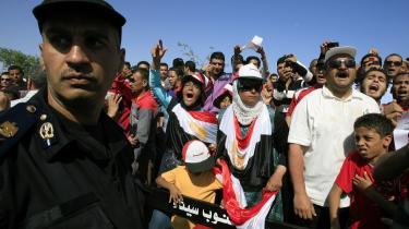 Foran det hospital i Sharm el-Sheikh, hvor Hosni Mubarak er indlagt, glæder demonstranter sig over varetægtsfængslingen af den afsatte diktator   og hans sønner.