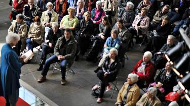 Mindet. Jakob Ejersbos mor, Hanne Ejersbo, gik på scenen ved litteraturfestivalen Ordkraft i Aalborg og læste højt fra sønnens Afrika-trilogi. Og det var en litteraturfestival med Ejersbo i centrum — Ordkraft på Nordkraft!