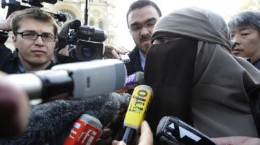 Kenza Drider fra Avignon demonstrerer i Paris mod det franske forbud mod at bære burka og niqab.