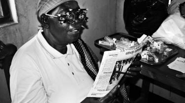 Tanzanianske Elizabeth Yusuphu får her testet sit syn med et særligt instrument, for at se hvor alvorlige defekter, hun har. Hun blev lykkelig for et par aflagte briller fra Middelfart og var en af de 1.000 i landsbyen Msoga, der fik gavn af de indsam-lede brugte danske briller.