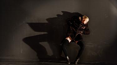 Ingen anden i verden bevæger sig som Kitt Johnson. Og ingen anden soloperformer i Danmark har greb om eksistensen så nøgternt og så smukt som hun. Her kæmper hun sig fri af pelsen i forestillingen 'Drift'.