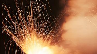Bomber af hvid fosfor minder om napalm. Det selvantænder ved kontakt med huden, klistrer sig fast og bliver ved med at brænde så længe, der er ilt. Resultatet er alvorlige kemiske forbrændinger, som meget let medfører døden.