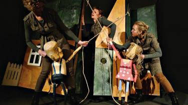 Bedstefar — dukken t.v. — siger ikke noget. Men ingen er i tvivl om, at han ikke kan lide naboens dreng i Passepartout Theatres krigsforestilling 'Men de begyndte', der er et flot eksempel på det ordløse teaters grænseløse effekt.