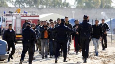 En gruppe libyske flygtninge kommer i klammeri med italiensk politi i deres midlertidige lejr i byen Manduria. De er en del af tusinder af nord°©afrikanske flygtninge, der er blevet flyttet til fastlandet fra ©™en Lampedusa, der ligger t©°t p? Nordafrikas kyst. Der er ikke politisk enighed herhjemme om, hvad vi kan g©™re for disse flygtninge.