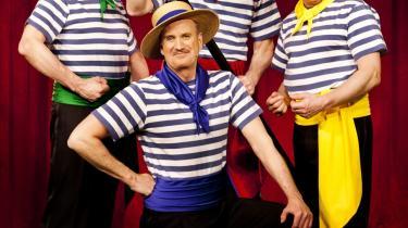 Tøhø. 'Ørkenens sønners' show kører for fuld skrue i Tivoli for tiden. Deres form for humor er banal latrinær lavkomik, der  hitter hos danskerne mere end nogensinde.