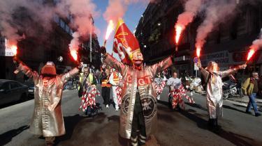 Ingen vej tilbage. Det seneste års franske protestbølger er legitime nok, men der er ingen vej tilbage til det socialdemokratiske fordelingssamfund. Der er brug for en ny universalisme, som tager plads i den globale kultur, siger Pierre Rosanvallon.