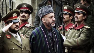 Fahim Khan (t.v.) er nuværende vicepræsident og tidligere forsvarsminister i Afghanistan har ifølge lækkede rapporter fra Wikileaks haft terrorplaner mod det styre, han nu er en del af. Når Vesten forlader landet i 2014, risikerer vi at kaste det i hænderne på tvivlsomme krigsherrer som netop Fahim Khan.