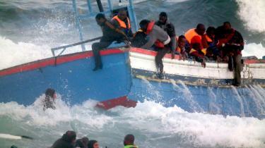 Voldsomme bølger rammer en båd med 192 flygtninge fra Libyen nær Siciliens kyst. To kvinder fra båden blev dræbt mod klipperne, da båden stødte på et rev i hård sø. De mange passagerer blev tvunget til selv at svømme i land, mens italienske carabinierier forsøgte at hjælpe så mange som muligt af de libyske flygtninge   sikkert i land.
