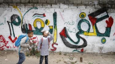 'Stop splittelsen', står der på en væg i Gaza City. Alt tyder på, at palæstinenserne hilser freden mellem Hamas og Fatah velkommen.