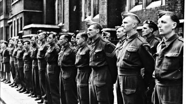 Dansk frivillige står i geled foran Det Danske Råds hus i Pont Street i London ved kongens 73 års fødselsdag.