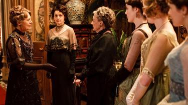Julian Fellowes' tv-serie 'Downton Abbey', der foregår i årene inden Første Verdenskrig, er en velproduceret, velspillet og meget underholdende sædeskildring