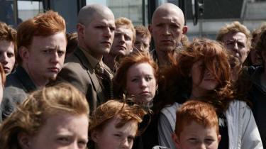 Karakteristisk for musikvideoinstruktør Romain Gavras' hæsblæsende psykopat-roadmovie, 'Vores tid kommer', har filmens to indignerede rødhårs-minoriteter slet ikke rødt hår. Det er begavet minoritetsforvirring og ren hul-i-hovedet-dødsdrift i en forfriskende og gal provo-cocktail
