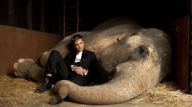 'Water for Elephants' er en traditionel og midtersøgende film, der fungerer som to timers tidsfordriv, men næppe bliver hængende længe i hukommelsen