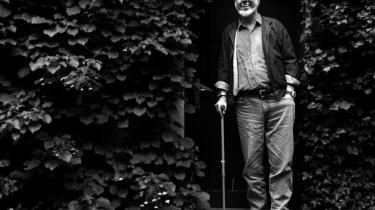 Arenamand. Per Højholt, der her er fotograferet ved sit hjem i Silkeborg i 1998, døde i 2004. Han debuterede som 20-årig og blev i løbet af forfatterskabet blandt andet tildelt Det Danske Akademis Store Pris (1982), Kritikerprisen (1995) og Holberg-medaljen (1997).