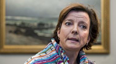 Miljøminister Karen Ellemann (V) lægger navn til en lov, der tvinger 29 kommuner til at give byggetilladelser, der strider med den planlov, der gælder i landets øvrige 69 kommuner.