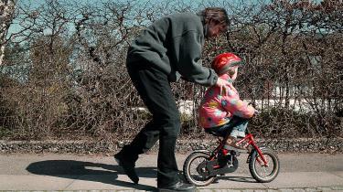 Grundatmosfæren mellem forældrene betyder meget for et barn. Det handler ikke kun om, hvorvidt forældrene råber ad hinanden, for man kan sagtens have det dårligt som par uden at sige noget til hinanden, lyder det fra Annette Due Madsen, centerleder ved Center for familieudvikling, psykolog og familieterapeut. Ikke desto mindre viser ny forskning, at skilsmissebørn får vanskeligere ved at knytte børn, når de som voksne skal få sig et familieliv.   arkiv