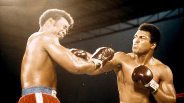 Til trods for at Lasse Ellegaard har set kampen Ali-Foreman i hvert fald en halv snes gange på film og fjernsyn, fastholder Norman Mailers skildring af opgøret ham i en tilstand af intens spænding omgang for omgang, indtil Foreman falder i ottende.
