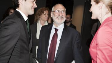 Socialdemokraternes leder, Helle Thorning-Schmidt, var blandt tilhørerne ved Joseph Stiglitz' (i midten) foredrag på CBS.