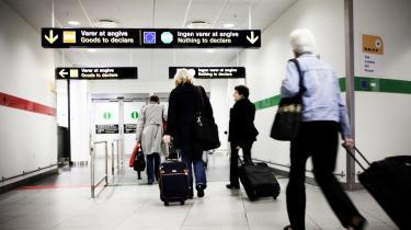 Hvis det står til Beskæftigelseminister Inger Støjberg, så risikerer danskere der vender hjem fra ferie i udlandet at få deres indkomstforhold kontrolleret af medarbejdere fra Pensionsstyrelsen i lufthavnen. Den nye lov, som møder kraftig kritik, har til formål at fange folk på overførselsindkomst, der uretmæssigt har været på rejse i udlandet.