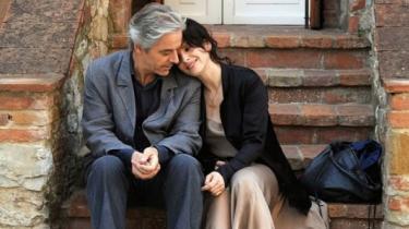 Abbas Kiarostamis elegante 'Mødet i Toscana' er et fascinerende dobbeltlagret snakkespil, som man aldrig bliver klog på