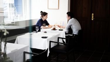 Befriende. Rasmus Grønbechs legesyge køkken lover et møde mellem det klassiske og det underfundige. Det får man i rigt mål, og det er befriende i en tid, der fordrer stringent renhed i stil og genre.