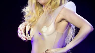I 44 afsnit af Gagavision på nettet taler Lady Gaga helt nede på jorden — eller så tæt hun kan komme — til sine fans. Gerne i gang med at indspille en video. Og det er eddersprøjteme hårdt arbejde. Sådan holder man også sine fans tæt på sig — inklusiv de mere end 10 millioner som nu følger hende på Twitter. Kvinden har virkelig forstået at iscenesætte sig som 80'erns stjerner gjorde det på MTV.